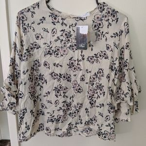 Floral print blouse with ruffled sleeves